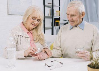 idosos tomando remédios