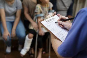 Pacientes aguardam atendimento hospitalar