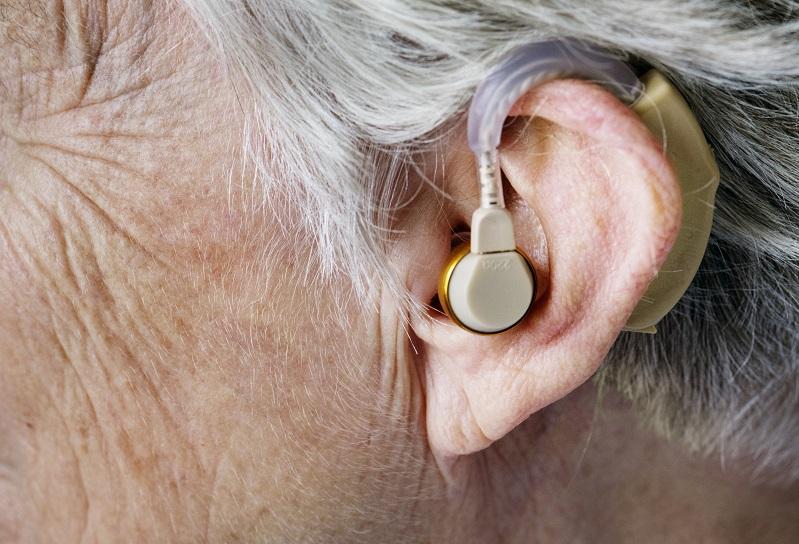 ouvido de mulher idosa com perda auditiva